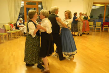 <de>Volkstanz/Singen</de><en>Folk Dance/Singing</en><fr>Danse folklorique/Chant</fr> Bild 20