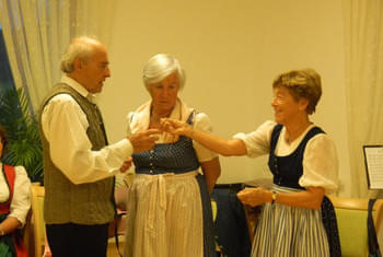 <de>Volkstanz/Singen</de><en>Folk Dance/Singing</en><fr>Danse folklorique/Chant</fr> Bild 18