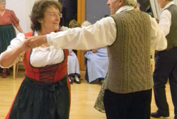 <de>Volkstanz/Singen</de><en>Folk Dance/Singing</en><fr>Danse folklorique/Chant</fr> Bild 16